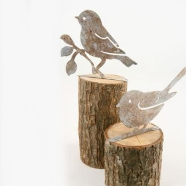 Blech vogel figuren auf holzstamm 2 modelle h 25cm for Herbst dekoartikel
